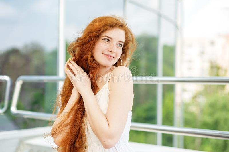 Leuk glimlachend meisje met zeer lang haar Concept levensstijl, model, make-up stock afbeeldingen