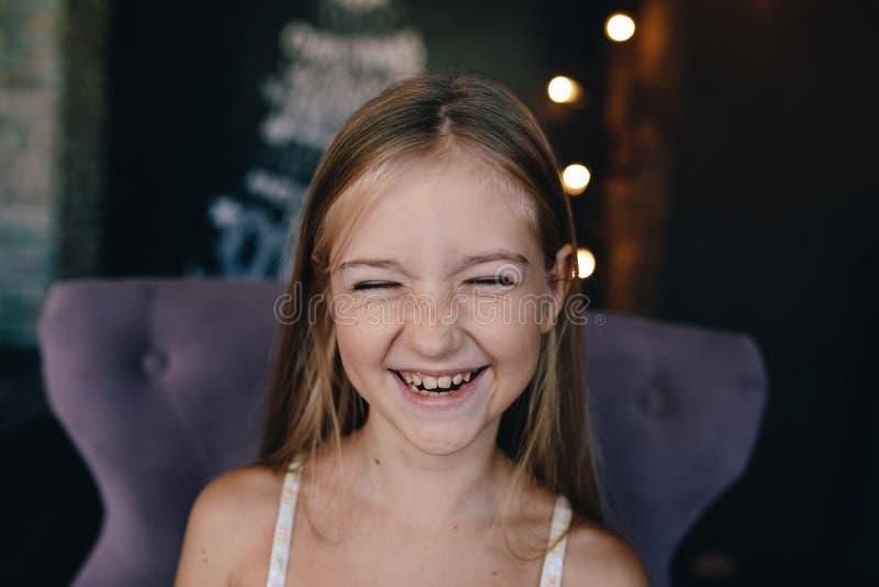 Leuk glimlachend meisje op de achtergrond van Kerstmisdecoratie royalty-vrije stock afbeeldingen