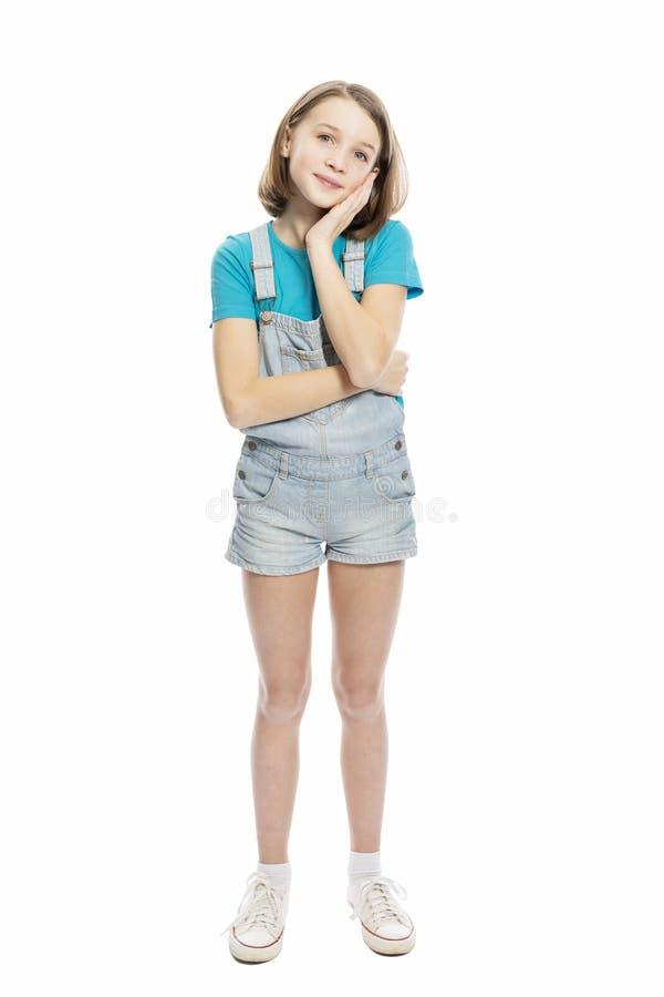 Leuk glimlachend tienermeisje in de volledige groei Ge?soleerd op een witte achtergrond stock fotografie