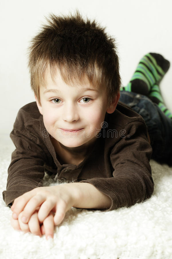 Leuk glimlachend weinig jongen stock fotografie