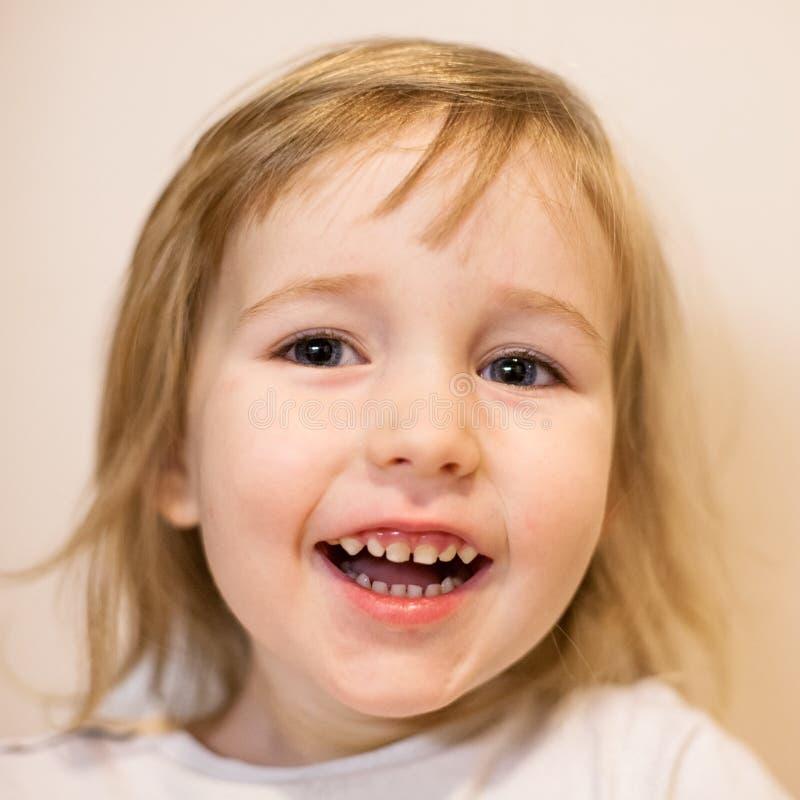Leuk glimlachend weinig portret van de het gezichtsclose-up van het kindmeisje royalty-vrije stock foto