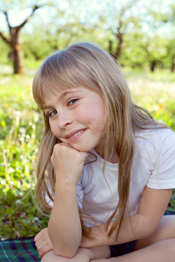 Leuk glimlachmeisje royalty-vrije stock afbeelding