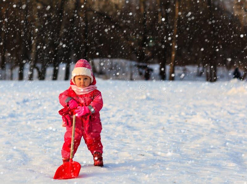 Leuk graaft weinig peutermeisje de wintersneeuw royalty-vrije stock fotografie