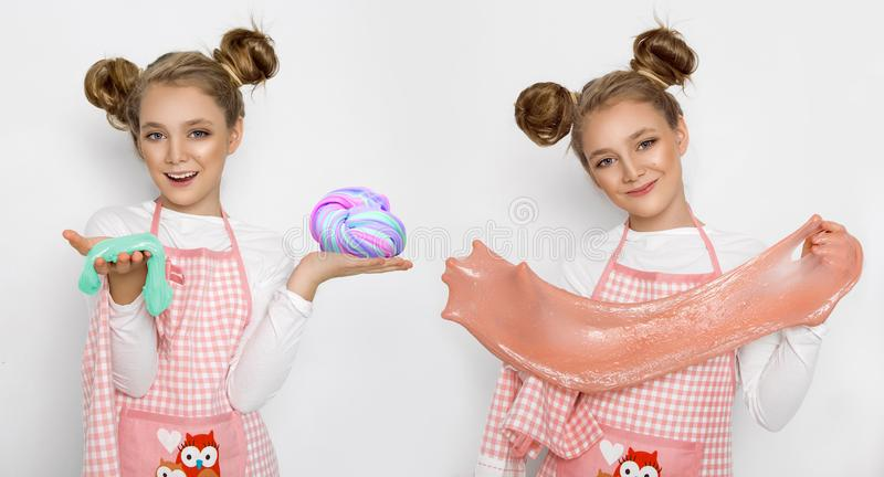Leuk grappig meisje met slijm in de keuken Het meisje kookt en bakt haar muffins, maakt een cake en een slijm royalty-vrije stock afbeeldingen