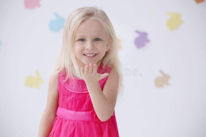 Leuk grappig meisje thuis met Pasen-slingers stock foto