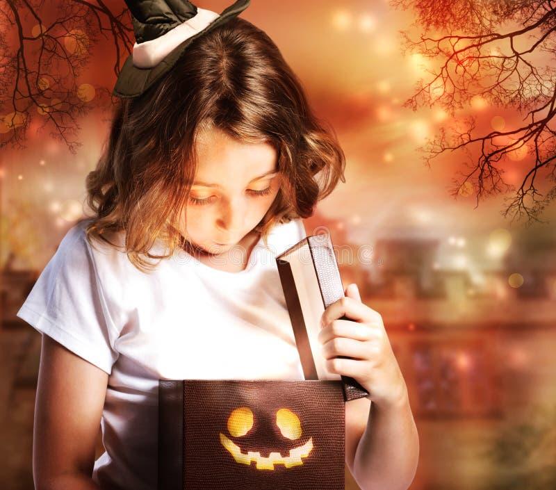 Leuk Halloween Weinig Heks met Doos stock foto
