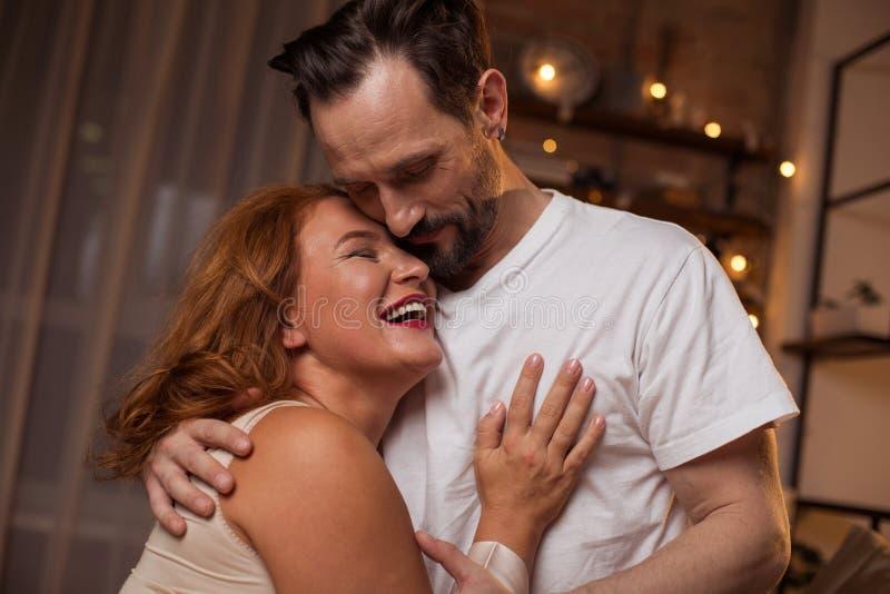 Leuk houdend van paar die van tijd samen genieten stock foto