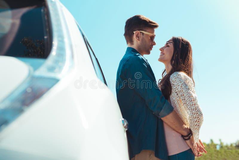 Leuk houdend van paar die zeer romantische datum hebben royalty-vrije stock afbeeldingen
