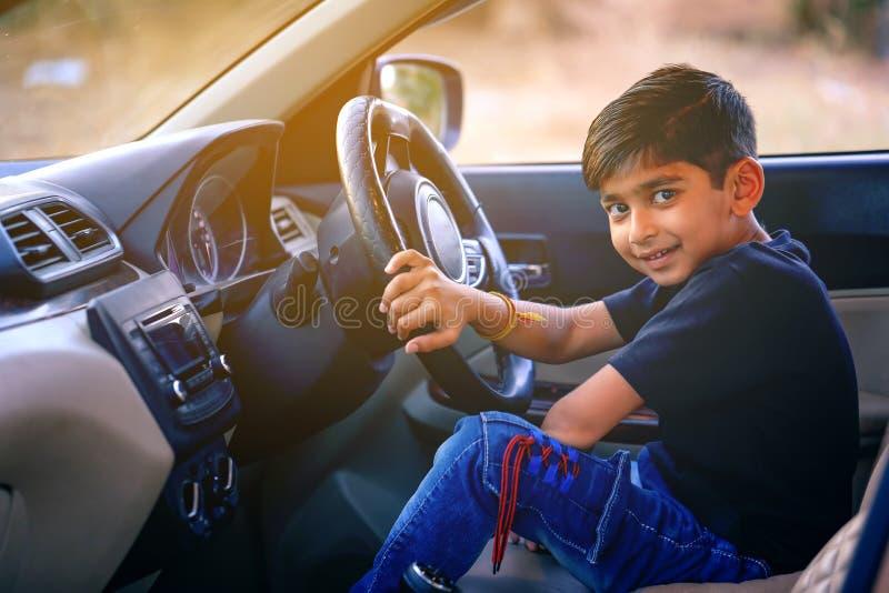 Leuk Indisch kind in auto stock afbeeldingen