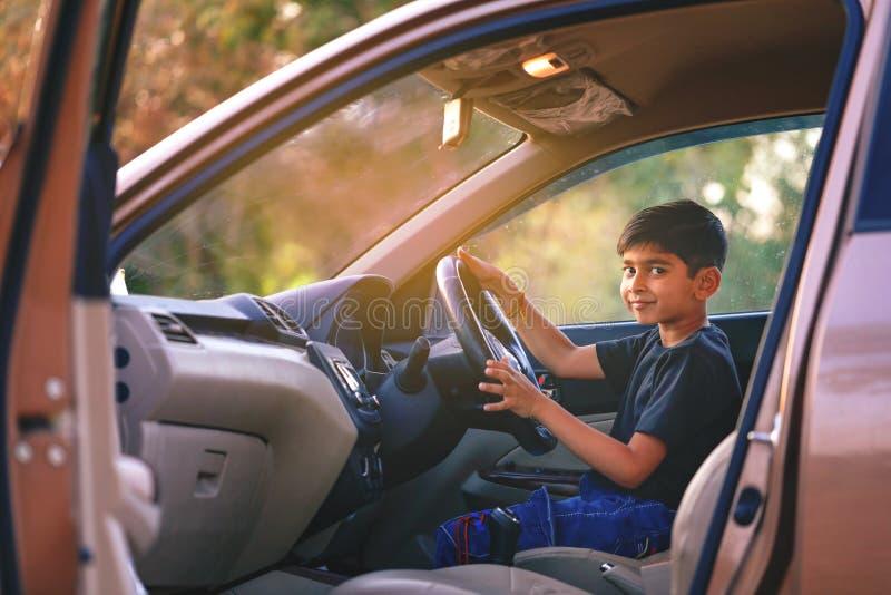 Leuk Indisch kind in auto stock foto