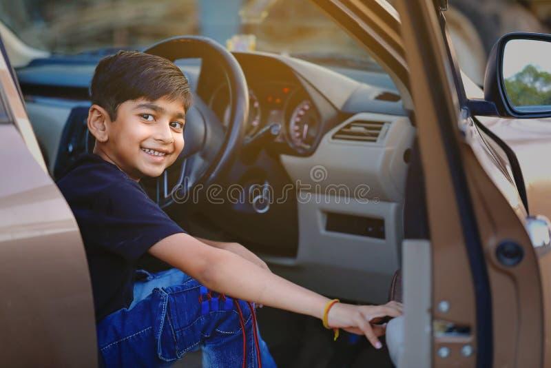 Leuk Indisch kind in auto royalty-vrije stock afbeeldingen