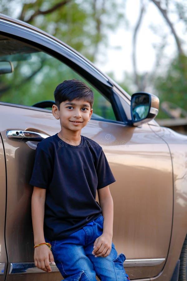 Leuk Indisch kind met auto stock afbeeldingen