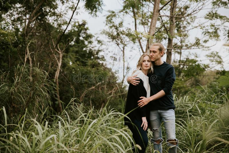 Leuk Jong Aantrekkelijk Daterend Paar die, en in Dicht Groen Tropisch Forest Jungle lachen kijken glimlachen stock foto's