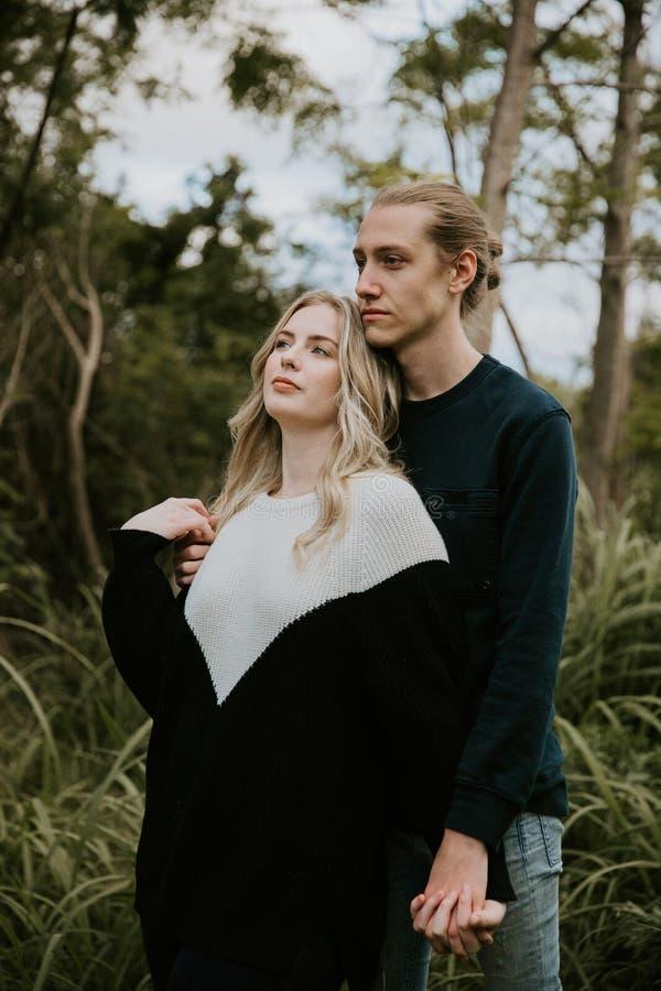 Leuk Jong Aantrekkelijk Daterend Paar die, en in Dicht Groen Tropisch Forest Jungle lachen kijken glimlachen stock afbeeldingen