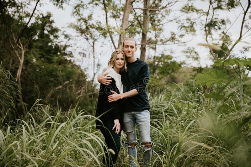 Leuk Jong Aantrekkelijk Daterend Paar die, en in Dicht Groen Tropisch Forest Jungle lachen kijken glimlachen royalty-vrije stock foto's