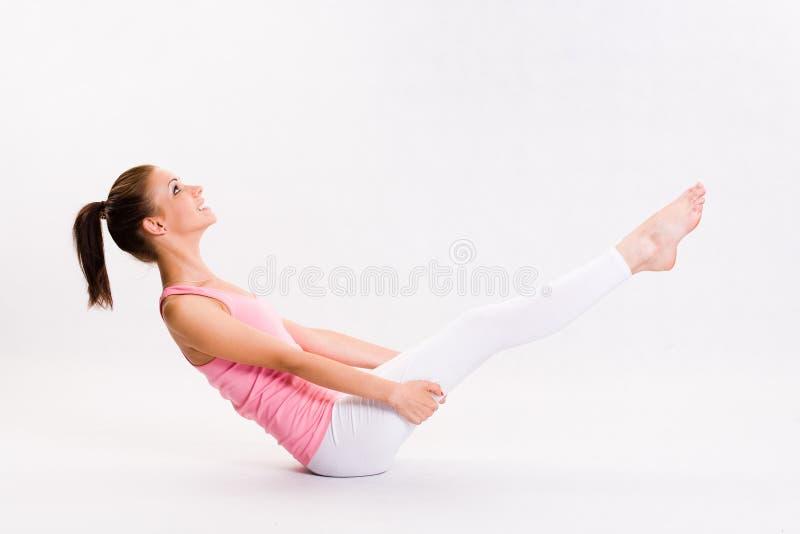 Leuk jong fitnesmeisje dat oefeningen doet. royalty-vrije stock afbeelding