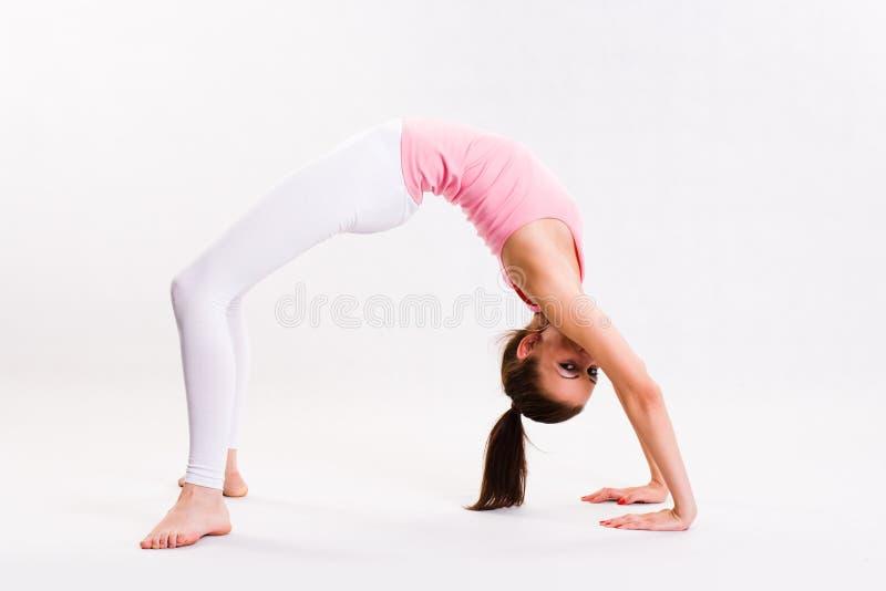 Leuk jong fitnesmeisje dat oefeningen doet. stock afbeeldingen