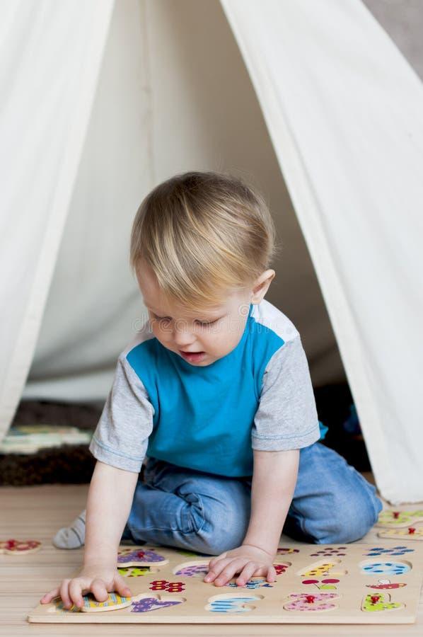 Leuk jong geitje in de kinderen` s speelkamer royalty-vrije stock afbeeldingen