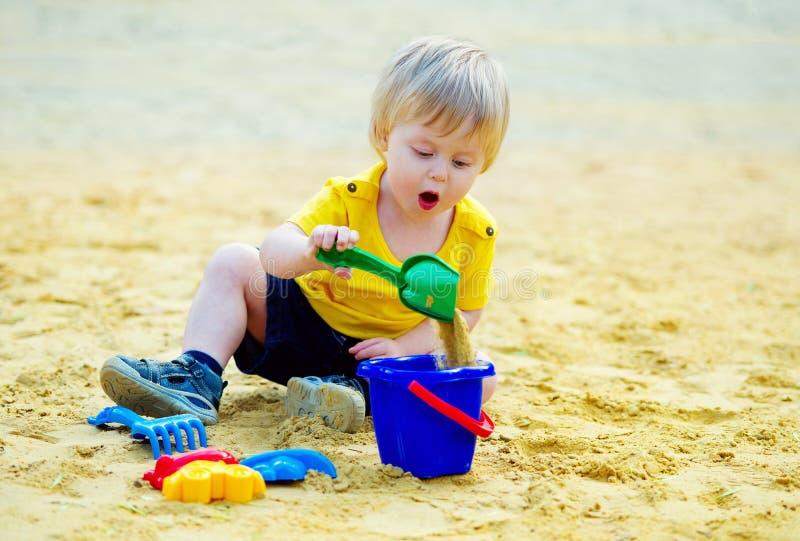 Leuk jong geitje in sandpit royalty-vrije stock foto