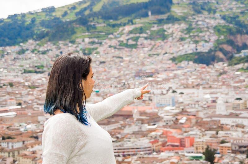 Leuk jong meisje die op een mooie stedelijke stad letten stock foto
