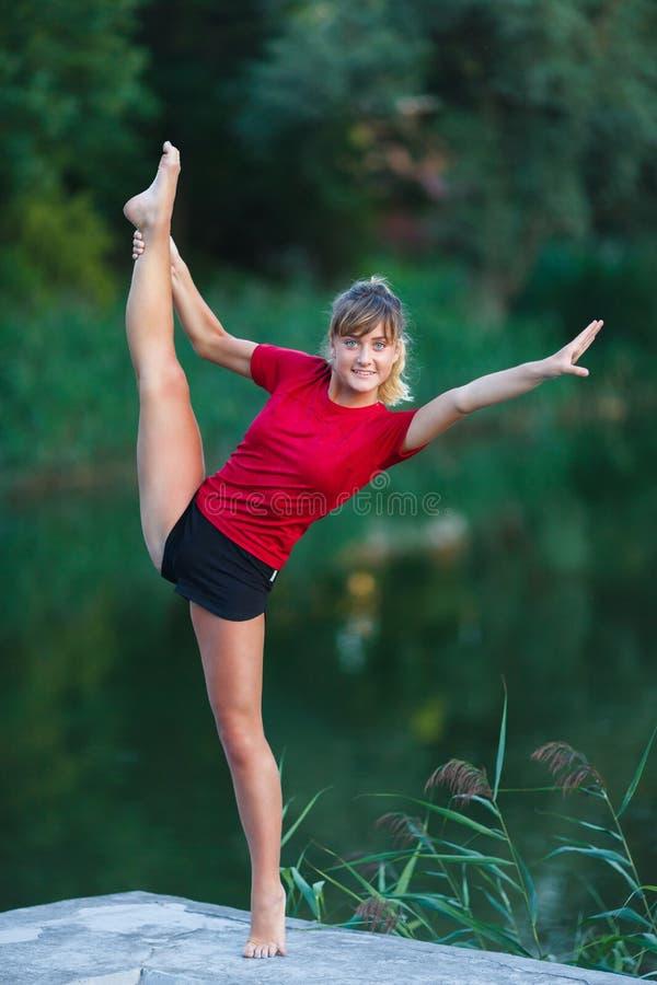 Leuk jong meisje die yogaoefeningen doen stock fotografie