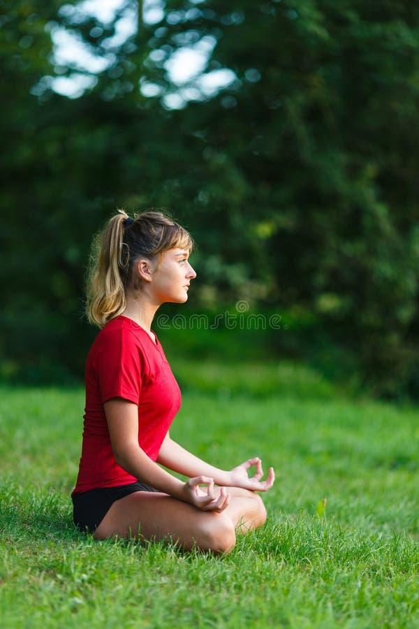 Leuk jong meisje die yogaoefeningen doen royalty-vrije stock afbeeldingen