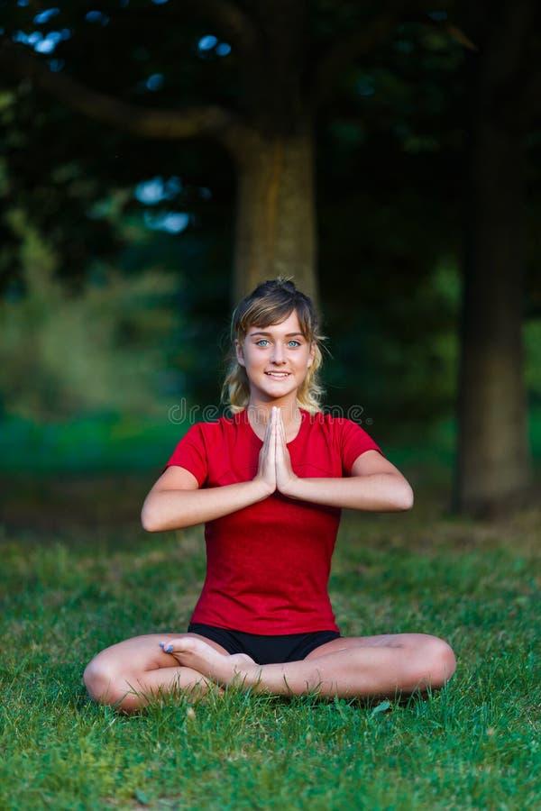 Leuk jong meisje die yogaoefeningen doen royalty-vrije stock afbeelding