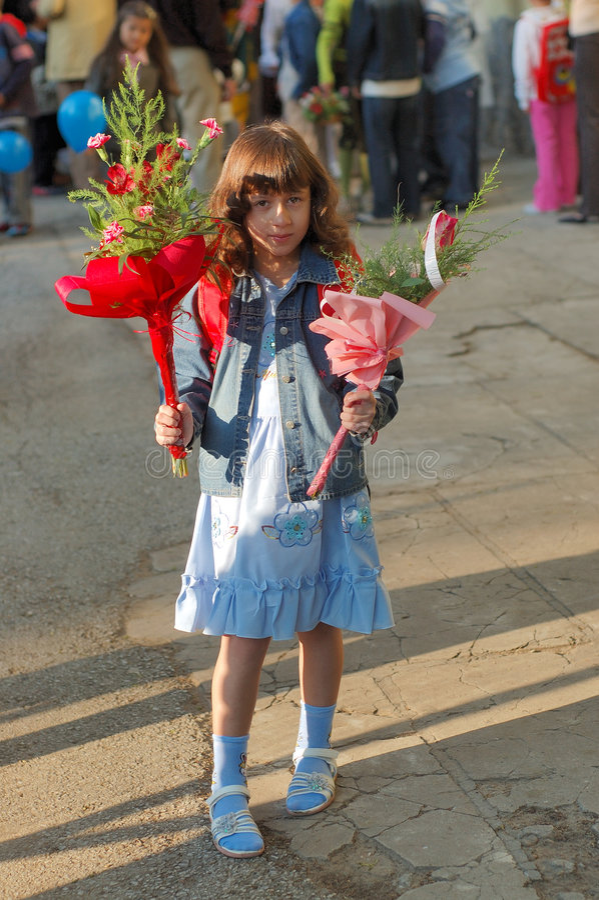 Leuk jong meisje met bloemen royalty-vrije stock foto