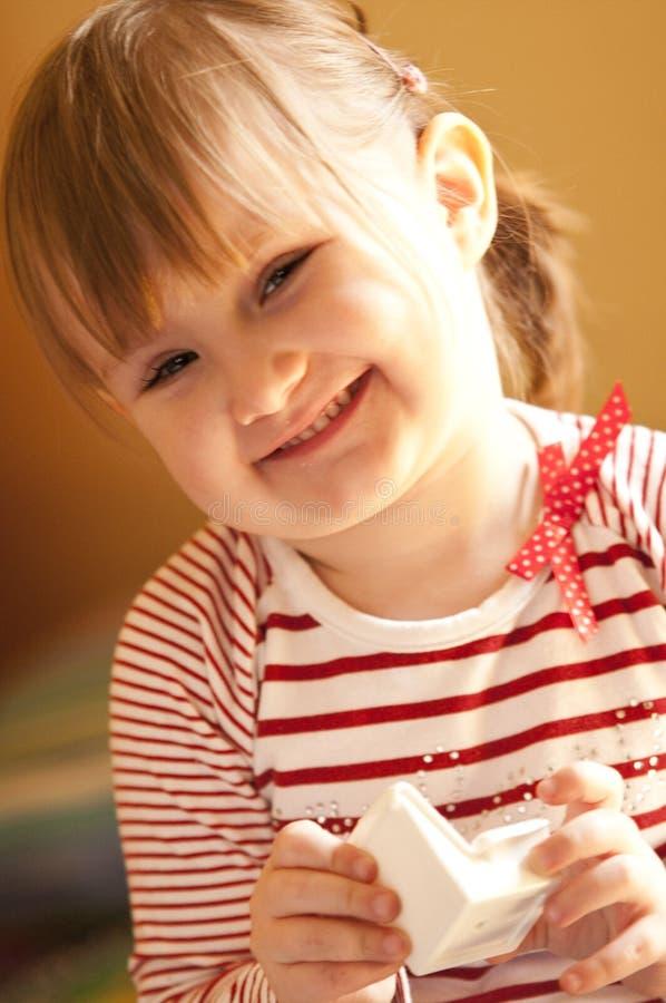 Leuk jong meisje met stuk speelgoed stock fotografie