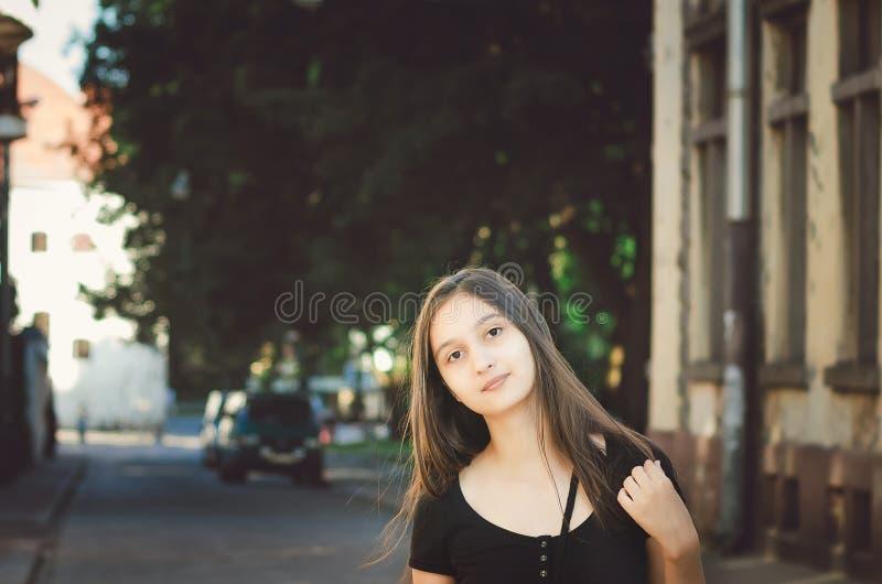 Leuk jong meisje zonder make-up op de achtergrond van een mooi oud gebouw royalty-vrije stock fotografie