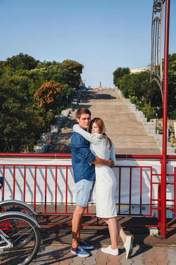 Leuk jong mooi hipsterpaar die met Potemkin-Treden bij achtergrond, gelukkig het glimlachen openluchtportret koesteren stock afbeelding