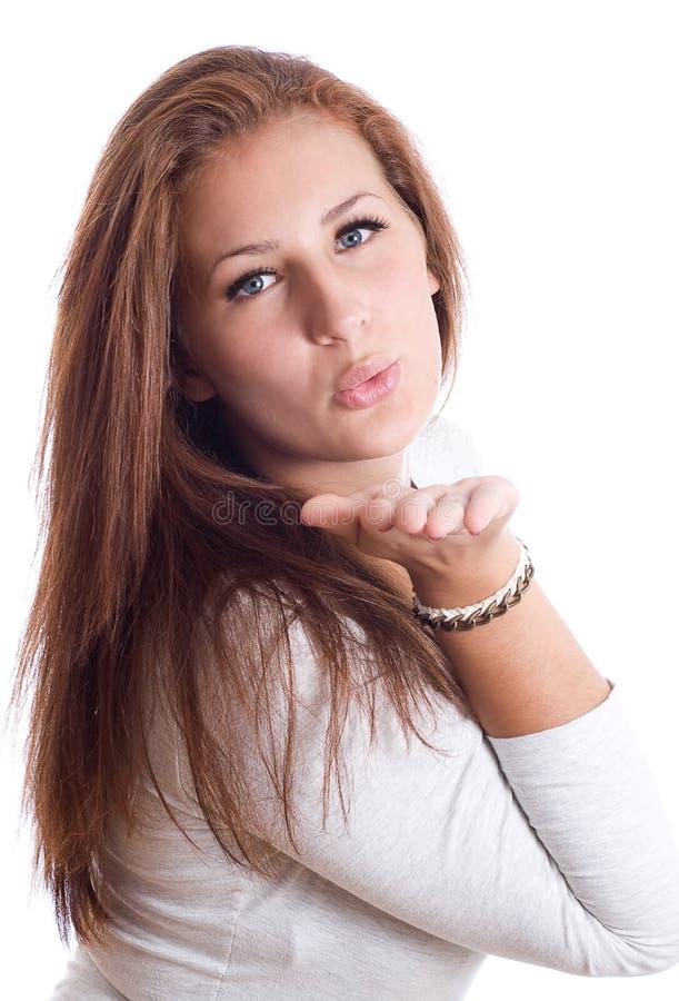 Leuk jong wijfje dat een kus blaast stock foto's