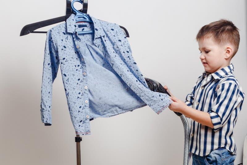 Leuk jongen gestript overhemd stock afbeelding