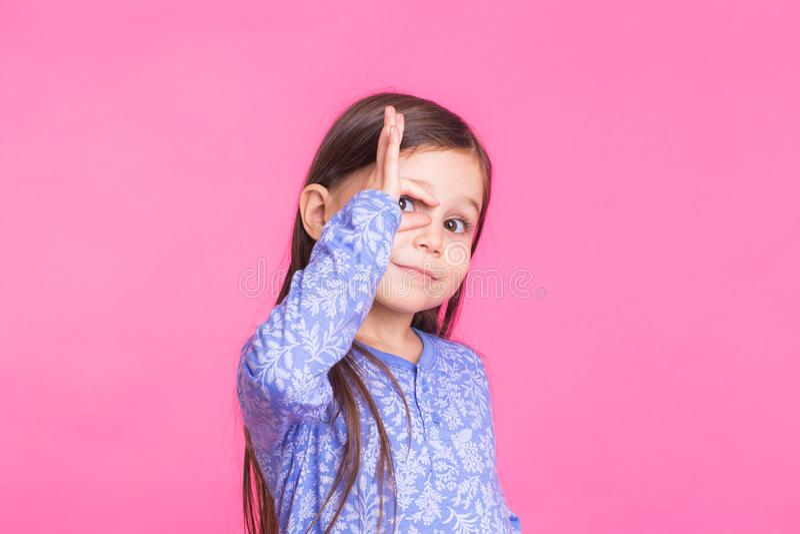 Leuk Kaukasisch meisje die rond op roze achtergrond voor de gek houden royalty-vrije stock foto