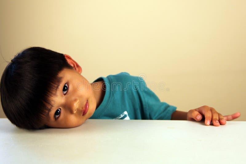 Leuk kind dat droevig kijkt stock foto's
