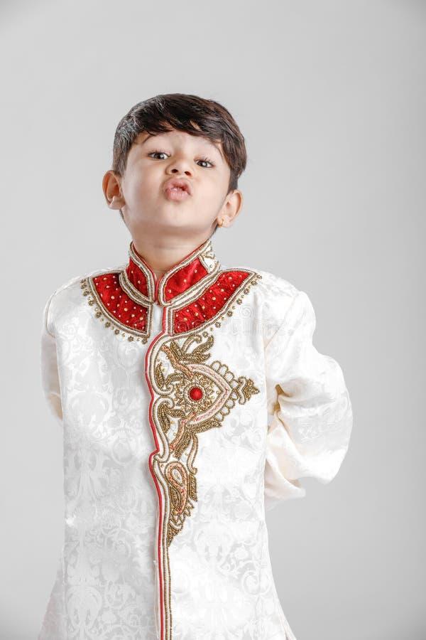 Leuk Kind in etnische slijtage en het geven van veelvoudige uitdrukking stock foto