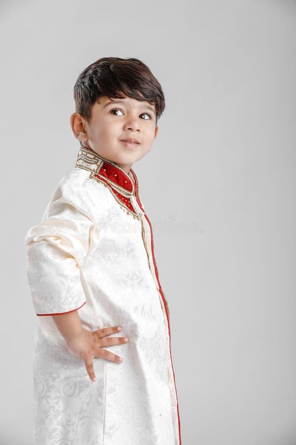 Leuk Kind in etnische slijtage en het geven van veelvoudige uitdrukking royalty-vrije stock afbeeldingen