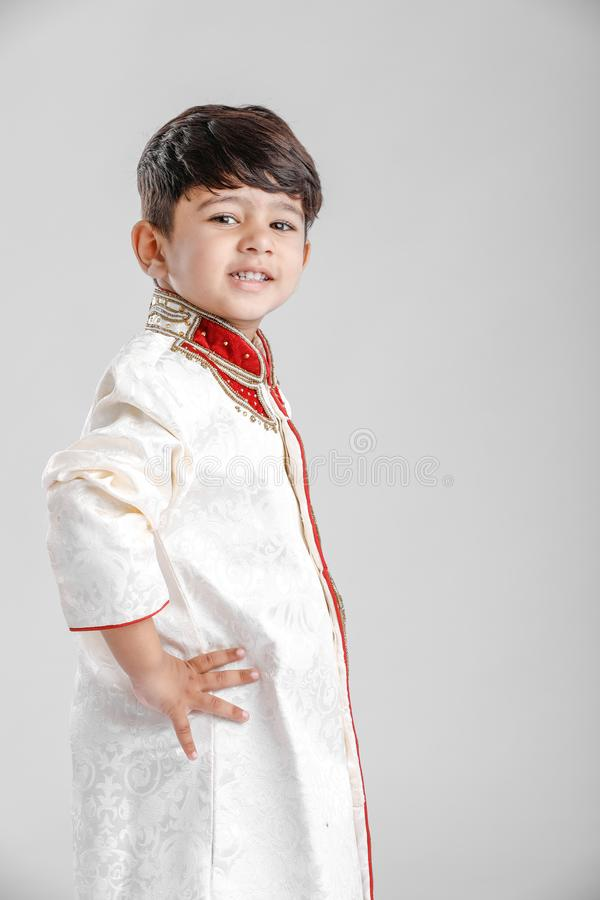 Leuk Kind in etnische slijtage en het geven van veelvoudige uitdrukking royalty-vrije stock fotografie
