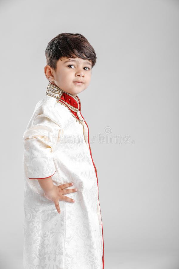 Leuk Kind in etnische slijtage en het geven van veelvoudige uitdrukking stock fotografie