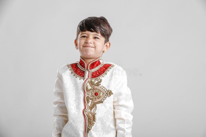 Leuk Kind in etnische slijtage en het geven van veelvoudige uitdrukking stock afbeeldingen