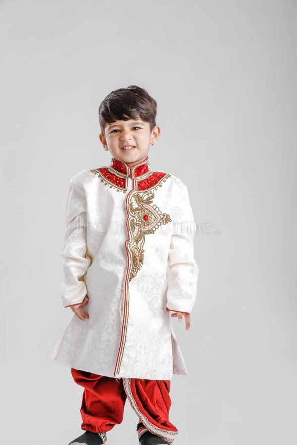 Leuk Kind in etnische slijtage en het geven van veelvoudige uitdrukking stock foto's