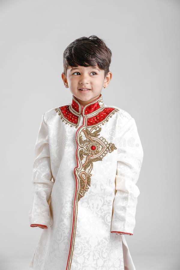 Leuk Kind in etnische slijtage en het geven van veelvoudige uitdrukking royalty-vrije stock foto's