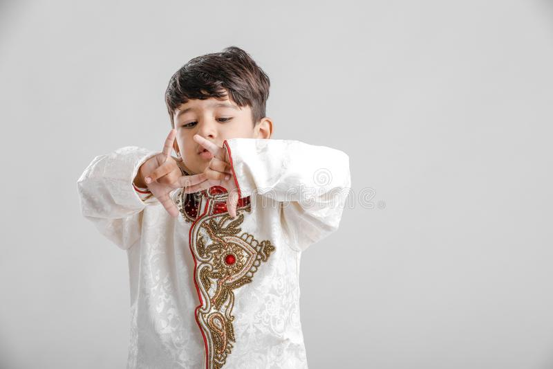 Leuk Kind in etnische slijtage en het geven van veelvoudige uitdrukking stock afbeelding