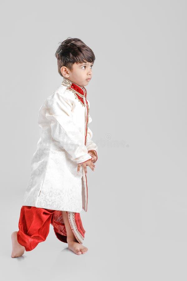 Leuk Kind in etnische slijtage en het geven van veelvoudige uitdrukking royalty-vrije stock afbeelding