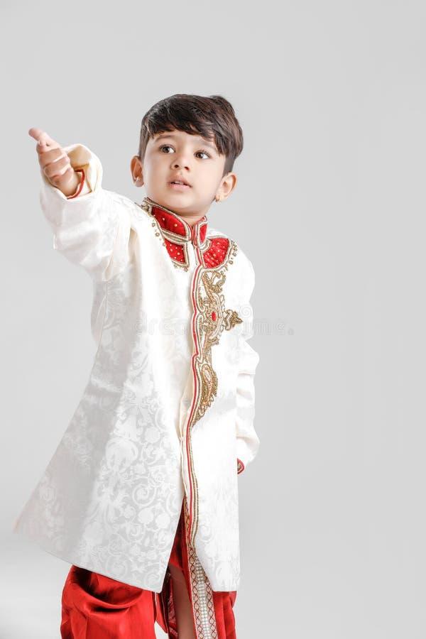 Leuk Kind in etnische slijtage en het geven van veelvoudige uitdrukking royalty-vrije stock foto