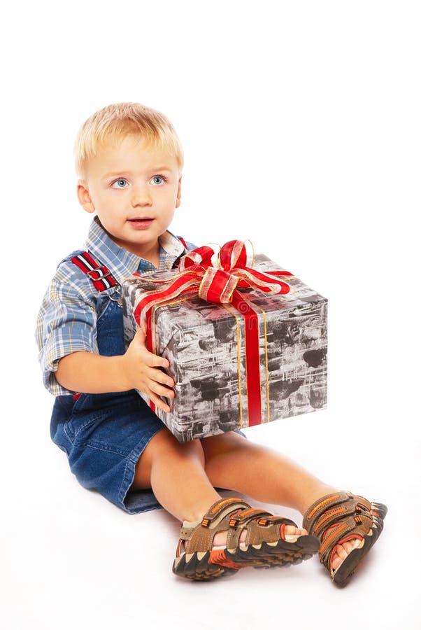 Leuk kind met gift in handen stock fotografie