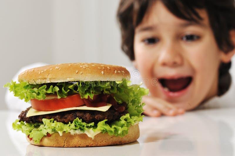 Leuk kind met hamburger royalty-vrije stock afbeelding
