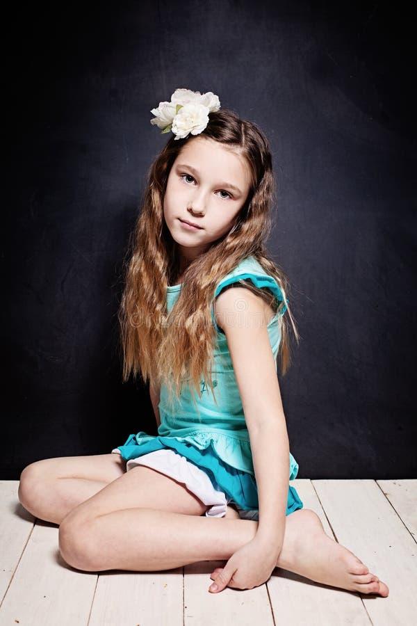 Leuk kindmeisje Portret van jonge tiener stock fotografie