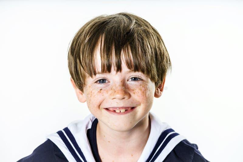 Leuk kleedde weinig jongen zich in zeemanskostuum royalty-vrije stock afbeelding