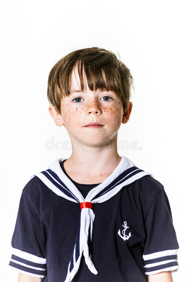 Leuk kleedde weinig jongen zich in zeemanskostuum stock fotografie